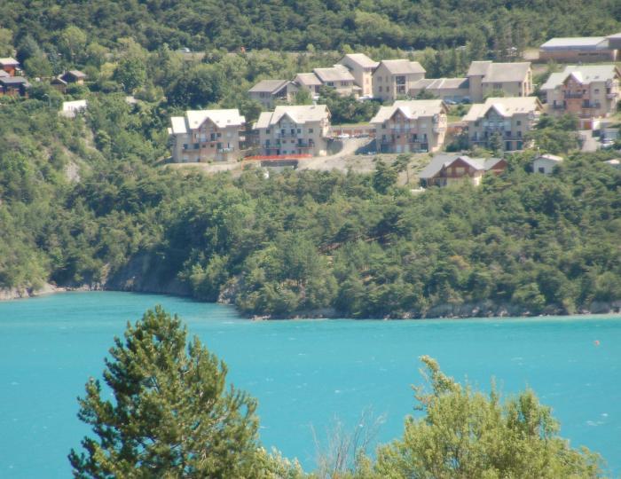 Vue de l'autre côté du lac