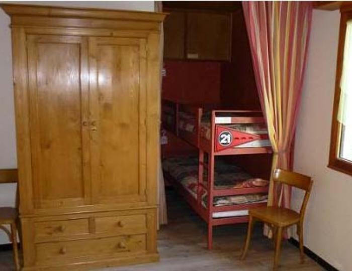 Espace enfants dans la chambre avec 2 lits superposés