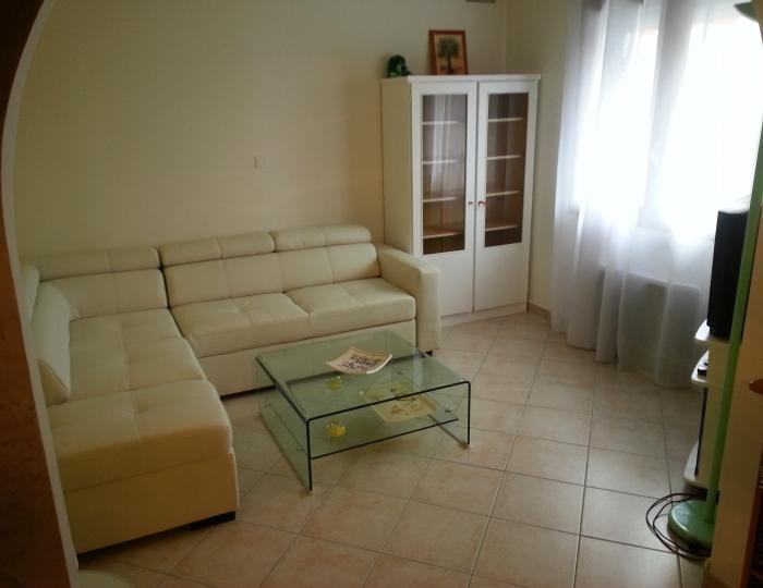 Coin salon avec grand canapé d'angle